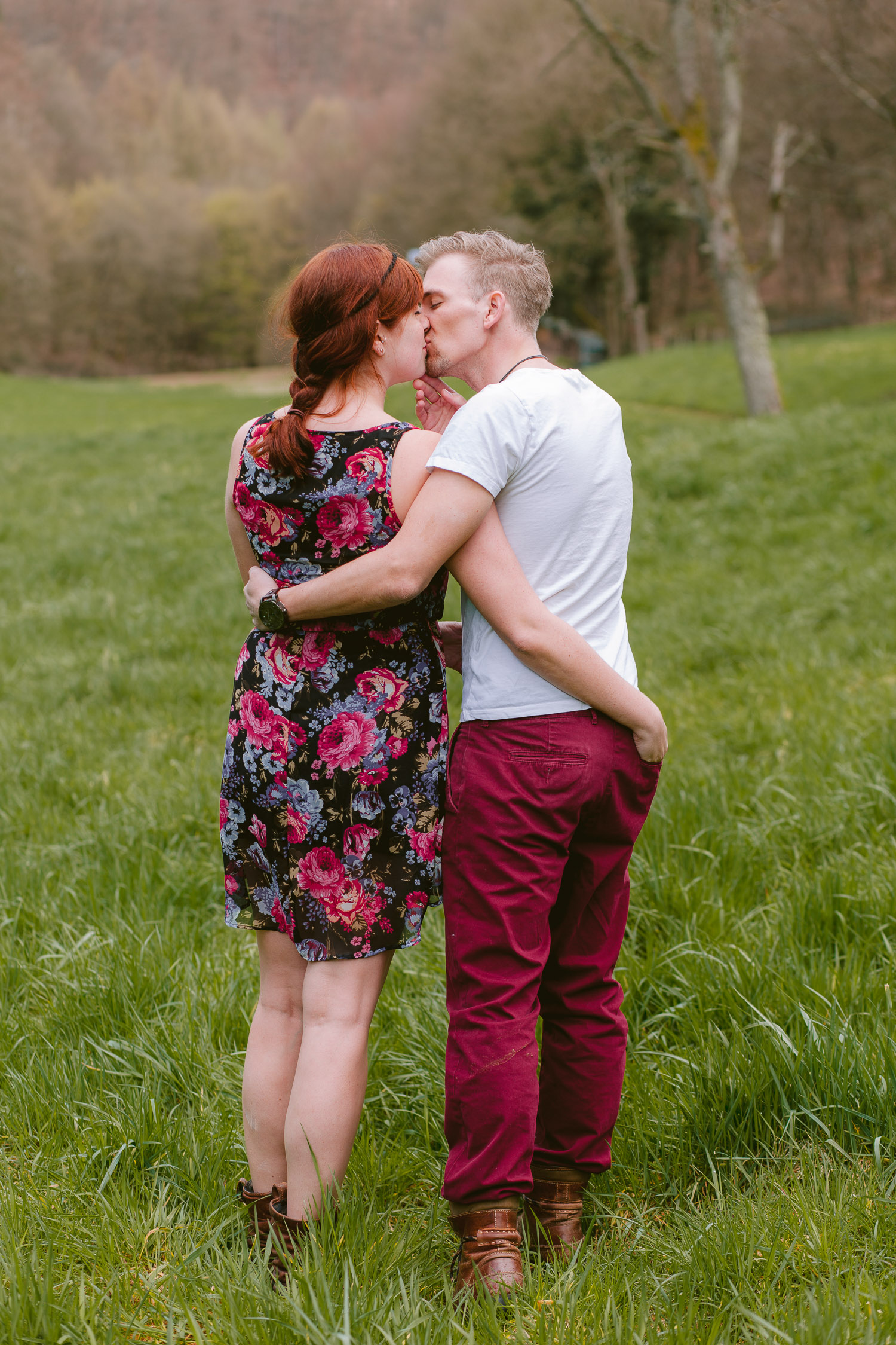Paar von hinten, das sich küsst und umarmt