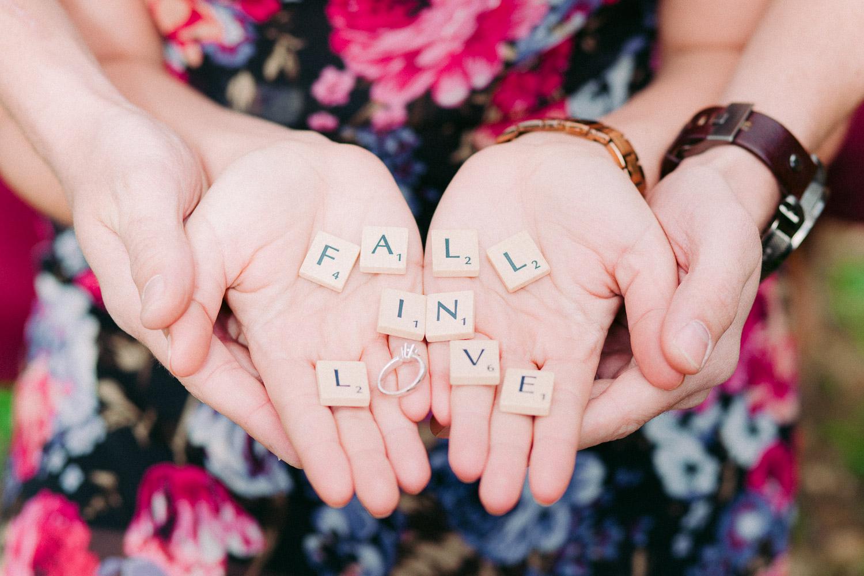 Fall in Love Text mit Scrabble Steinen