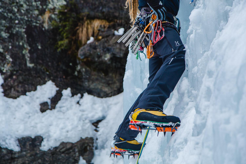 Nahaufnahme von Steigeisen zum Eisklettern und Eisschrauben