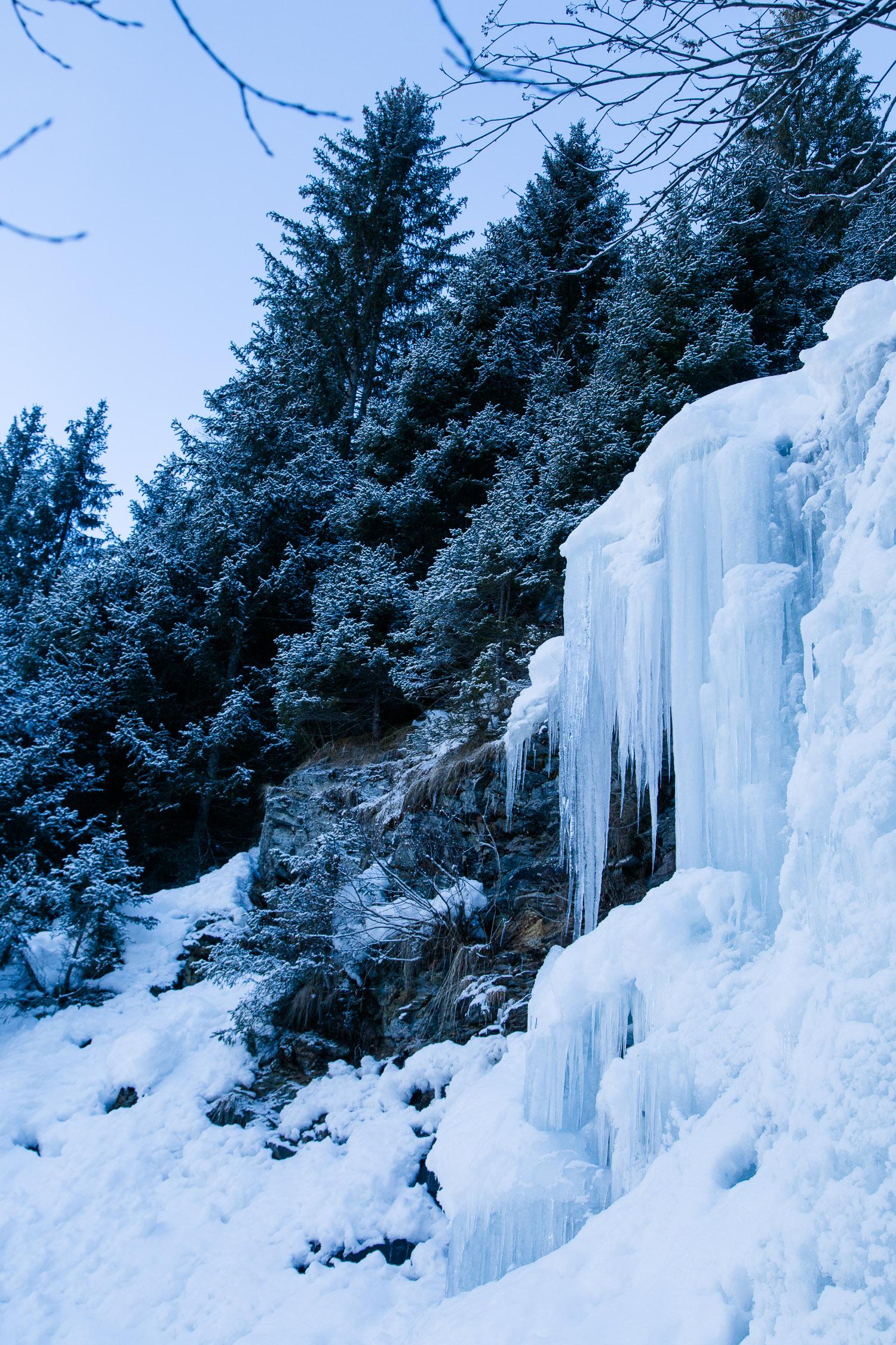 Gefrorener Wasserfall mit Eiszapfen