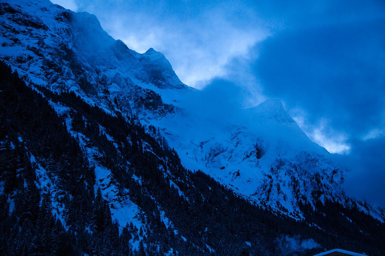 Schneebedeckter Berg zur blauen Stunde