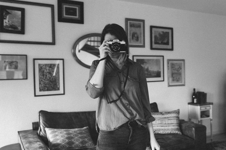 Fotograf mit analoger Kamera in Trier schwarz-weiß