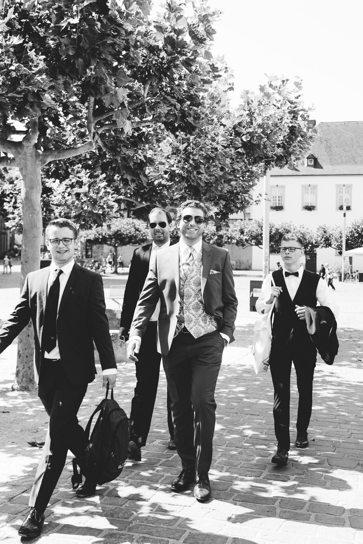 Bräutigam auf dem Weg zum Standesamt Trier