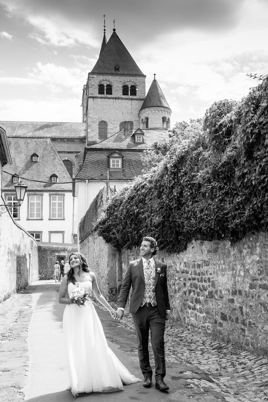Brautpaar geht durch die Siehumdich Straße in Trier