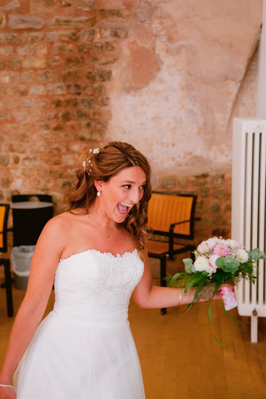 Braut freut sich ihre Gäste zu sehen