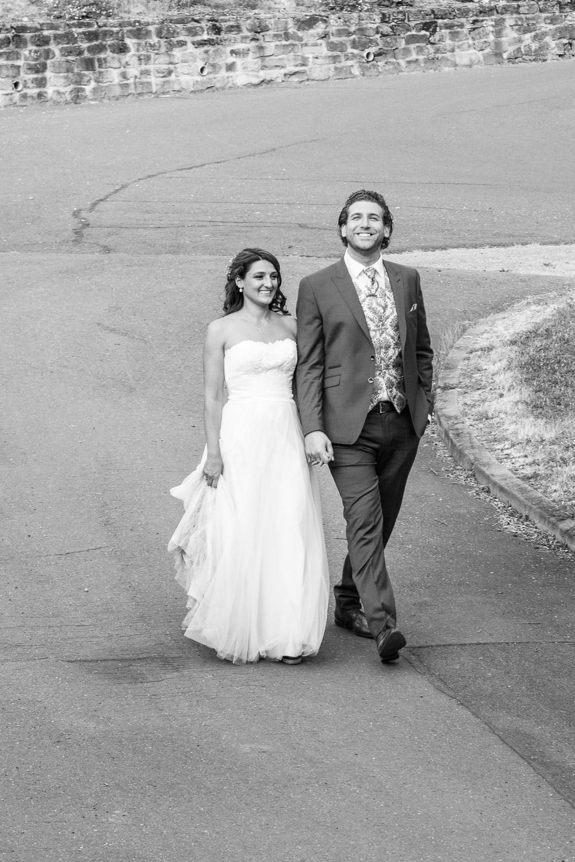 Brautpaar geht auf Gut Avelsbach spazieren