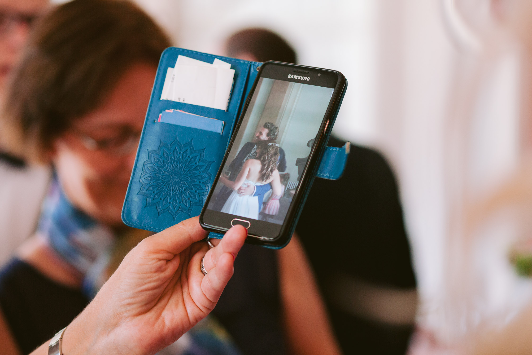 Ein Handyfoto des Brautpaares wird fotografiert