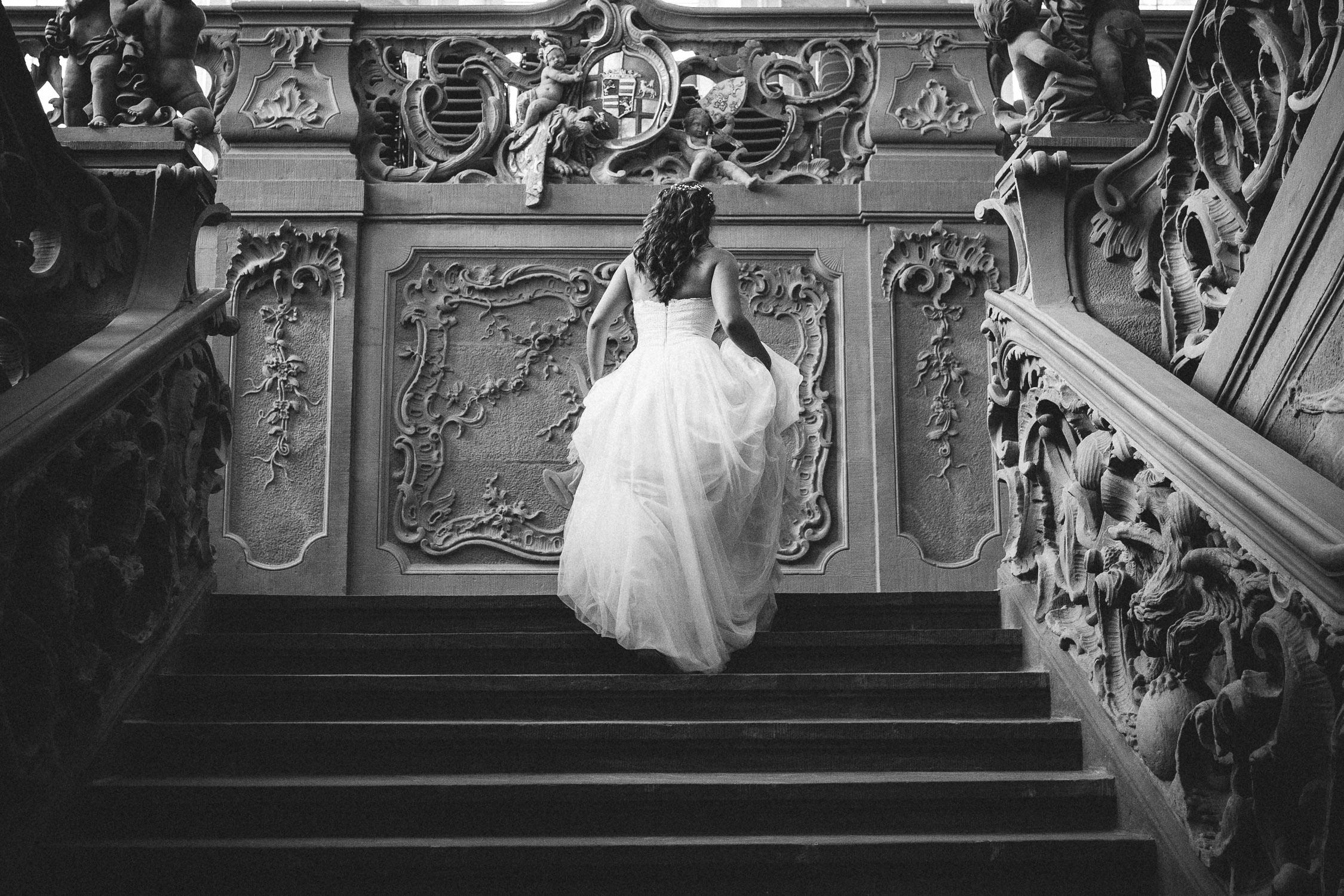 Die Braut schreitet die Treppe im Kurfürstlichen Palais in trier hinauf