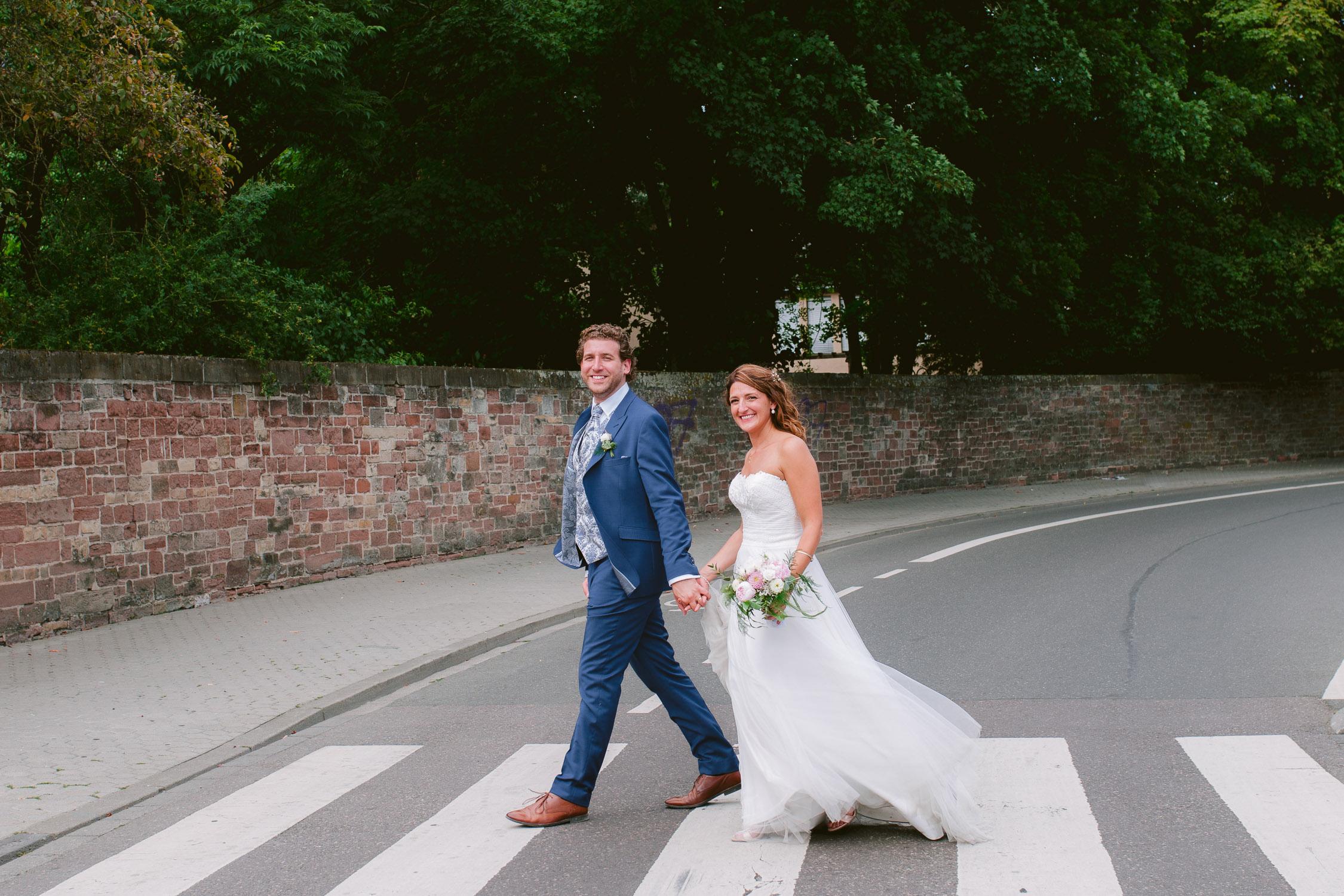 Brautpaar geht wie Beatles über den Zebrastreifen