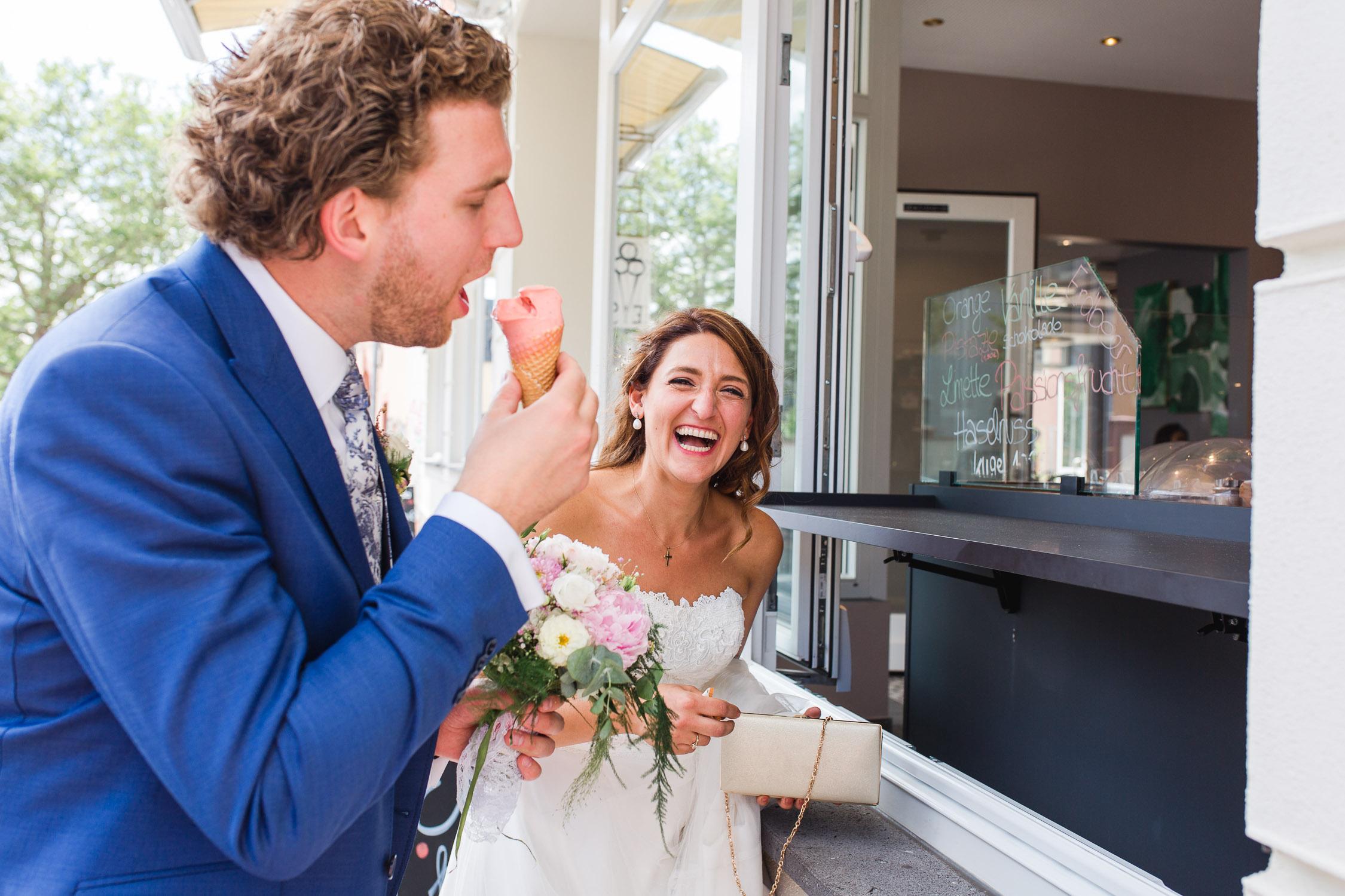 Brautpaar isst ein Eis beim Café Razen