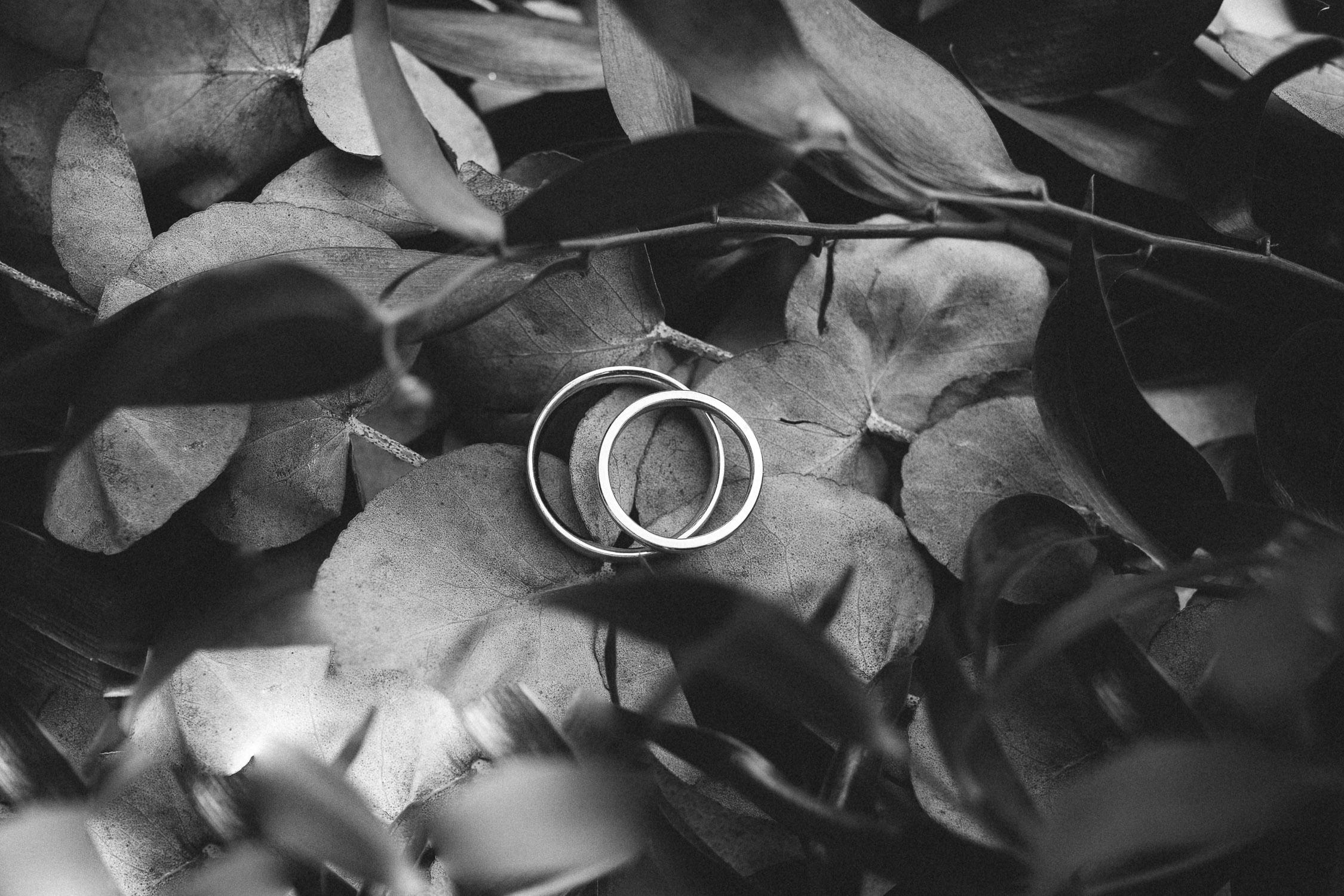 Foto von den Hochzeitsringen in schwarz-weiß