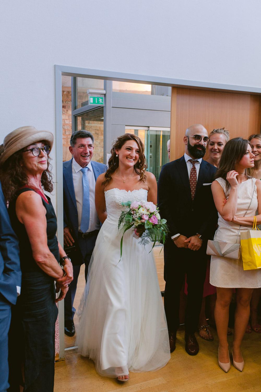 Braut betritt mit ihrem Vater den Trausaal im Standesamt Trier
