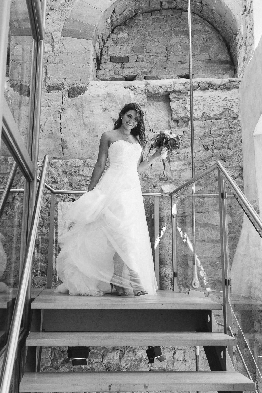 Die Braut schreitet die Treppe im Standesamt Trier herunter