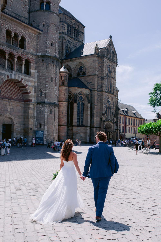 Das Brautpaar geht zum Trierer Dom