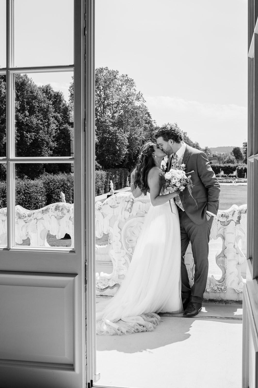 Brautpaar küsst sich auf dem Balkon vom Kurfürstlichen Palais