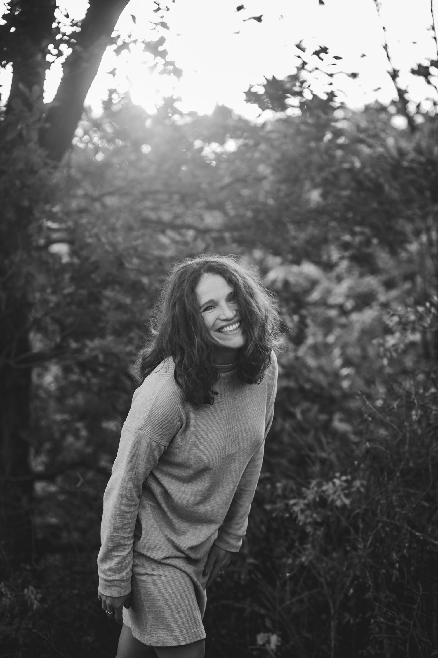 Portrait einer lachenden Frau in Trier