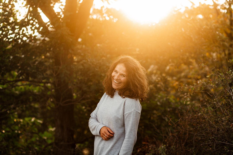 Hochzeitsfotografin Trier Lachende Frau beim Sonnenuntergang